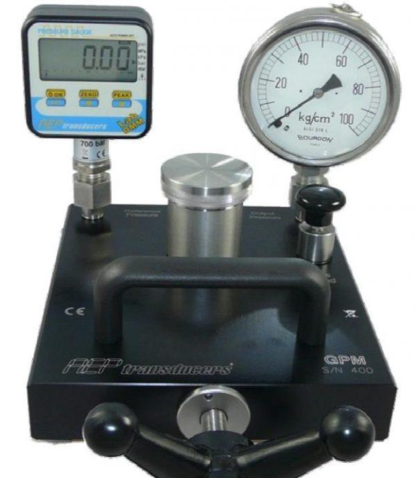 Calibrador de manómetros, presostatos y sensores de presión compuesto de bomba de presión, manómetro patrón y software de registro y calibración.